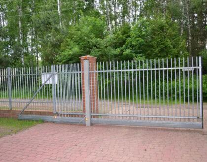 Самонесущие откатные ворота хорошо смотрятся в заборе
